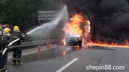 下文从故障的原因入手尝试分析车辆火灾发生的原因及对策:   电器或电线路起火:这是最为常见的一种,主要由于电线路老化破损或自行随意改装的线路造成搭铁短路,也有电器设备老化或者自改设备负荷超载而成的。   燃油或润滑油泄漏:这是最大的火灾隐患,同时也是汽车火灾中比较典型常见的,引擎重负荷长时间工作时,超高温的排气管就能使泄漏的油污燃烧,顷刻时间大火熊熊。   撞击引起火灾:汽车使用油箱的容量一般为20L到200L不等,当汽车撞击时,其能量通过金属变型的方式得到释放,有时则会直接触及供油系统爆炸起火,有