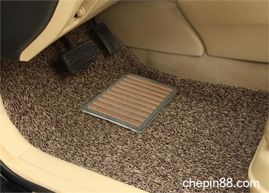 清洁汽车地毯的   不同脏物的清洗办法:   1.血迹的清除. 高清图片